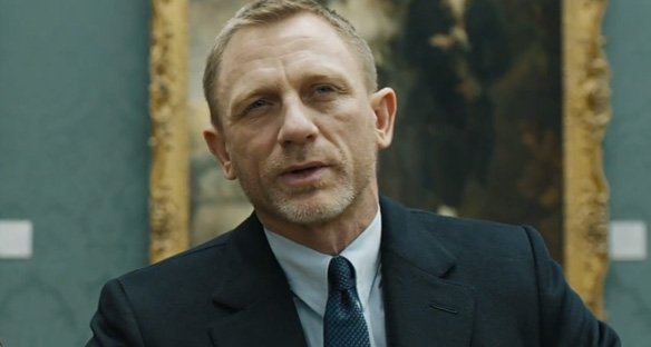 Daniel Craig wearing a tab collar in Skyfall