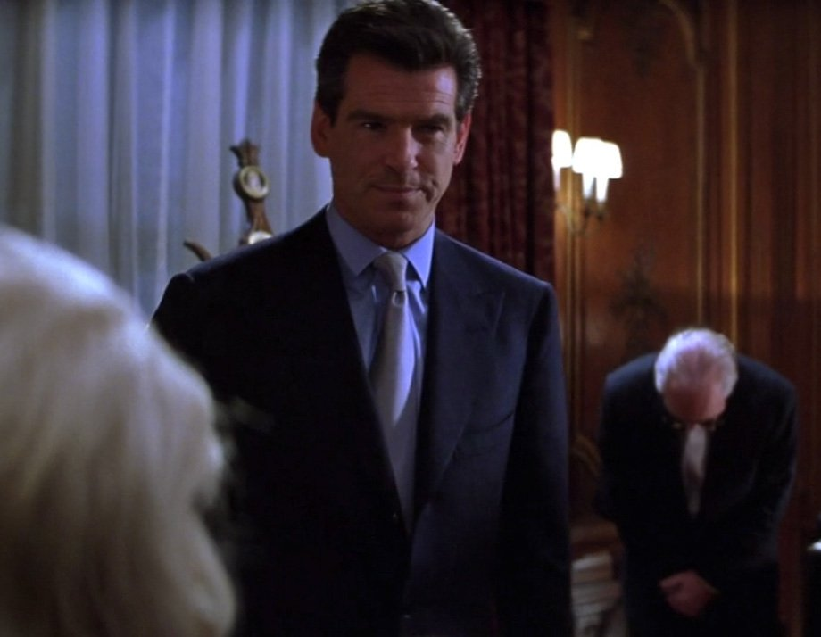 a comparison of thomas crown and james bond When pierce brosnan decided to star in a remake of the thomas crown affair back in 1999, he was taking a time-off from his duties as james bond but it turns out that even though he was merely having a rest from the beloved spy franchise, 007 still had an influence over any other movie he starred in.