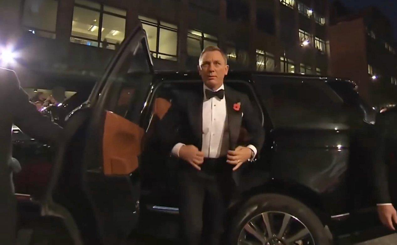 dfe857d86ad2 Spectre-London-Premiere-Tom-Ford-Dinner-Suit-5. Daniel Craig ...
