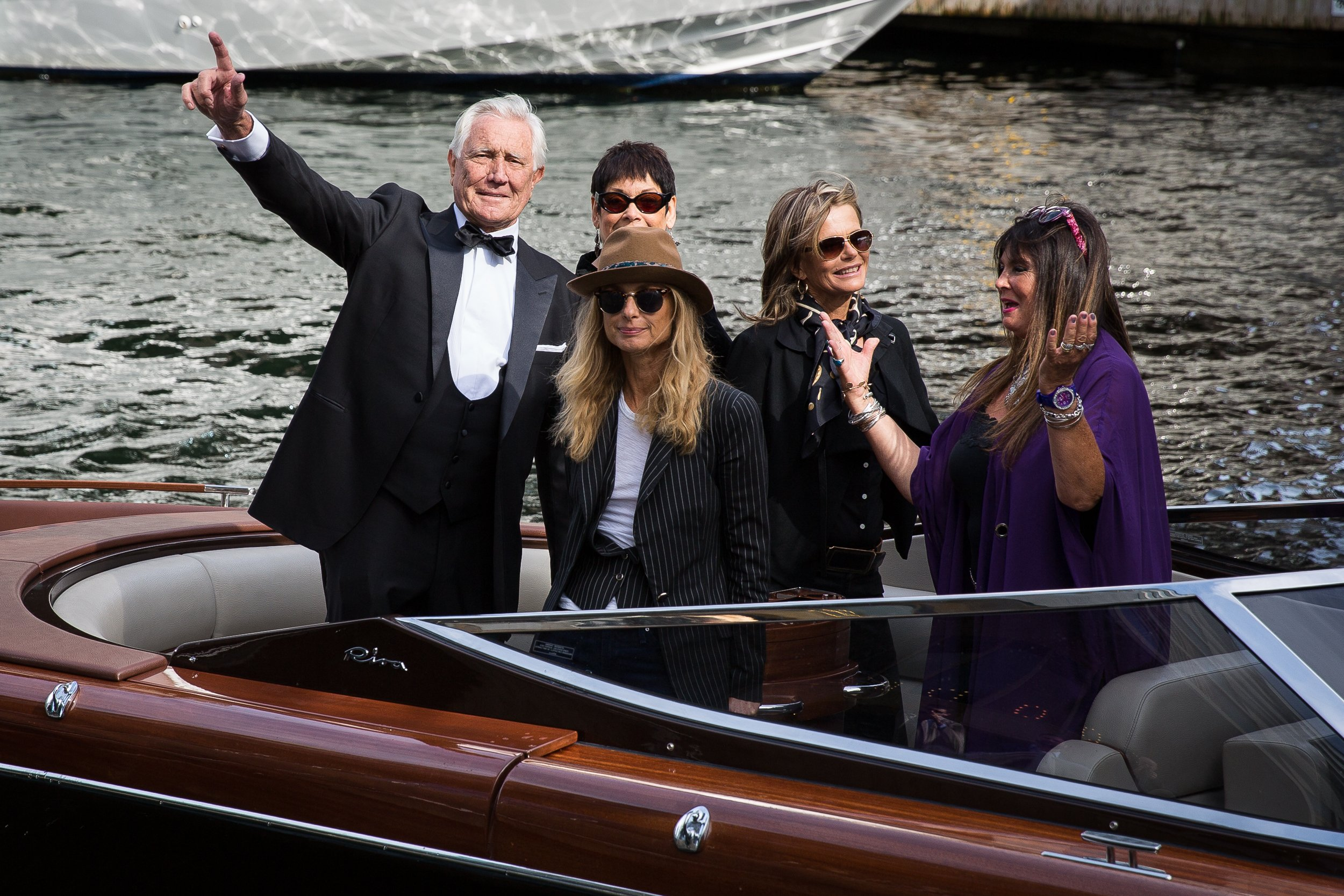 James-Bond-Oslo-George-Lazenby-Girls