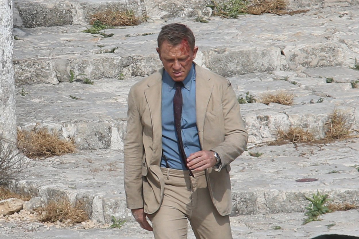 https://www.bondsuits.com/wp-content/uploads/2019/12/No-Time-to-Die-Beige-Corduroy-Suit.jpg